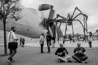 Photo: El espírito de ciencia y paz mundial sigue tomando las calles de Bilbao, que se puebla de más defensores de la emisión de vibraciones armónicas por el aire, como Carlos Hidalgo & Co.