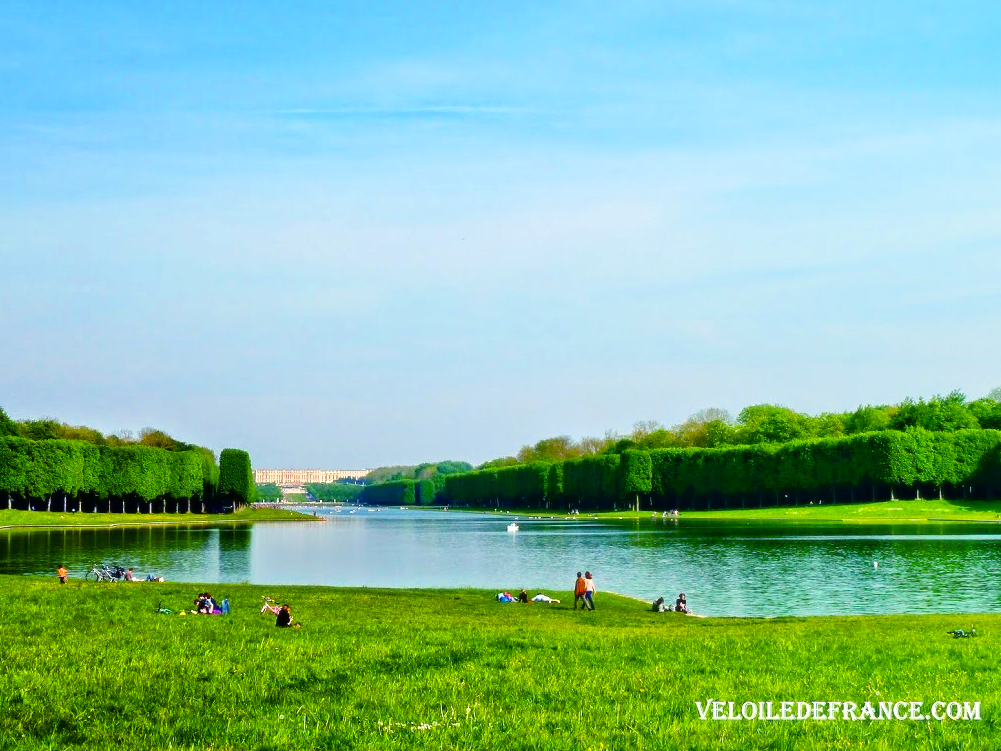 View on Versailles Palace from the Grand Canal - Cycling guide in Versailles city and park by veloiledefrance.com