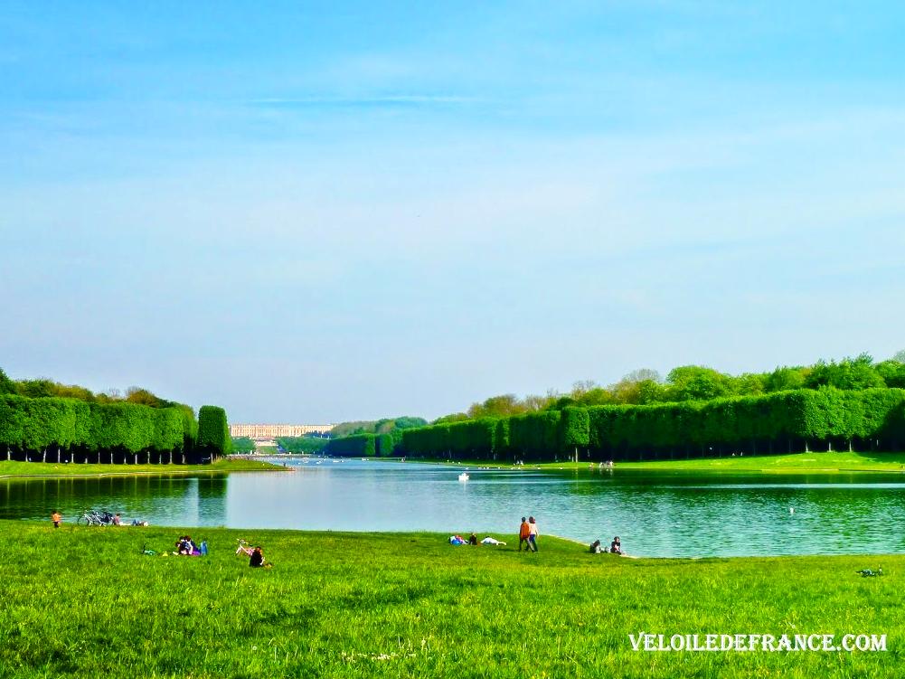 Vue sur le château de Versailles depuis le bout du Grand Canal -e-guide balade à vélo dans Versailles et son parc par veloiledefrance.com