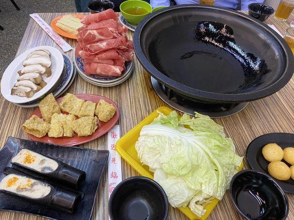 雅香石頭火鍋 - 食材爆香後加入特製高湯、多樣食材任你挑選,西門人氣美食推薦