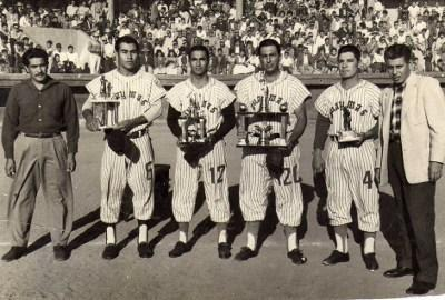 Un grupo de personas en blanco y negro de un equipo de béisbol  Descripción generada automáticamente