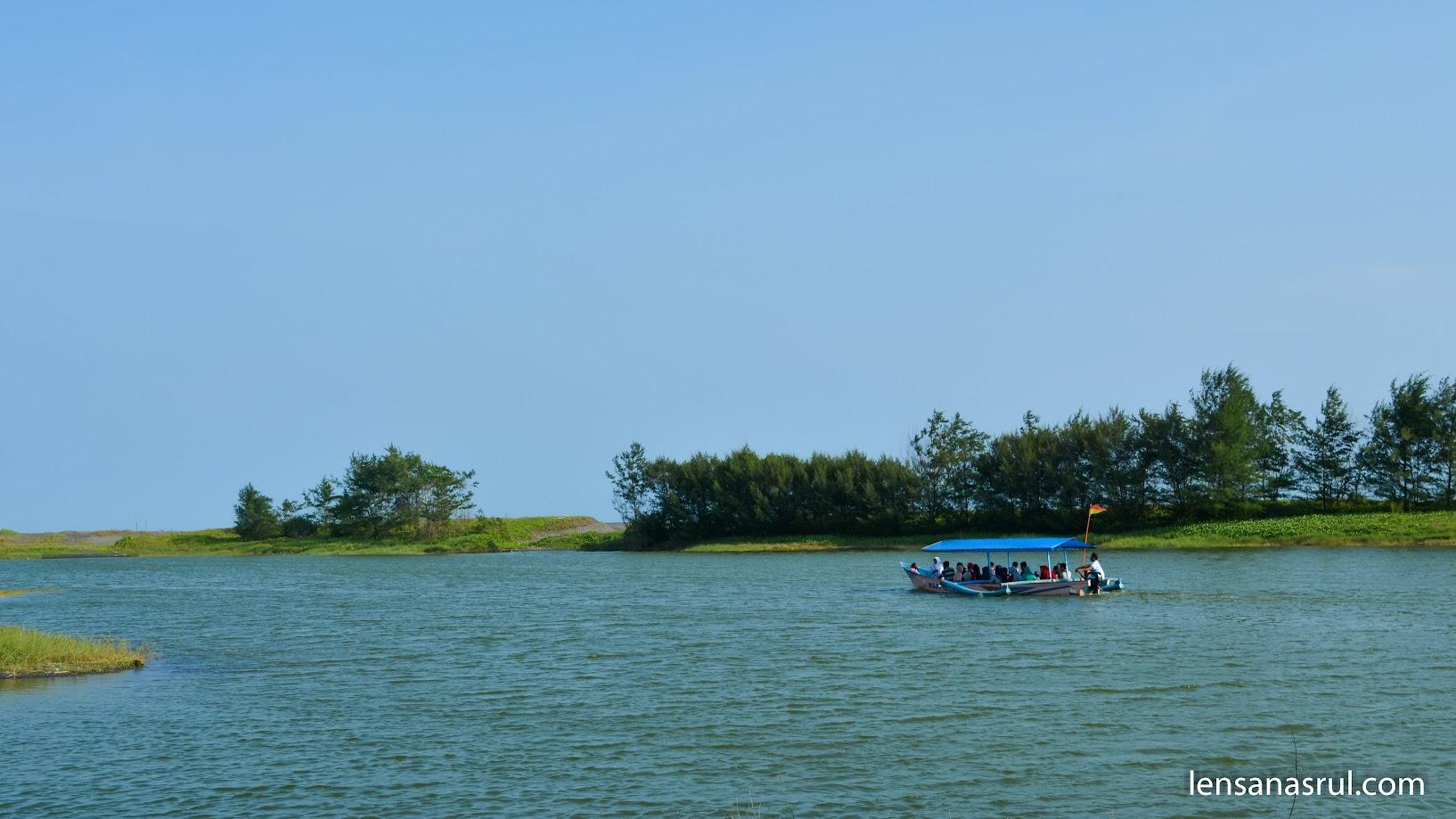 Menikmati Laguna pantai Glagah dengan Perahu layar