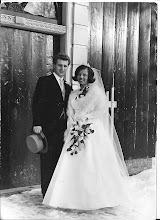 Photo: Huib en Annemarie:   Mijn broer en schoonzuster  (1966) Wij zijn 3 weken na elkaar getrouwd. Na de huwelijksplechtigheid   moest mijn vader tegen de ambtenaar nog even wat kwijt: de vogels zijn uitgevlogen ons nessie is nu leeg. Dat was nou echt mijn vader om zoiets te zeggen, wij moesten er allemaal om  lachen.