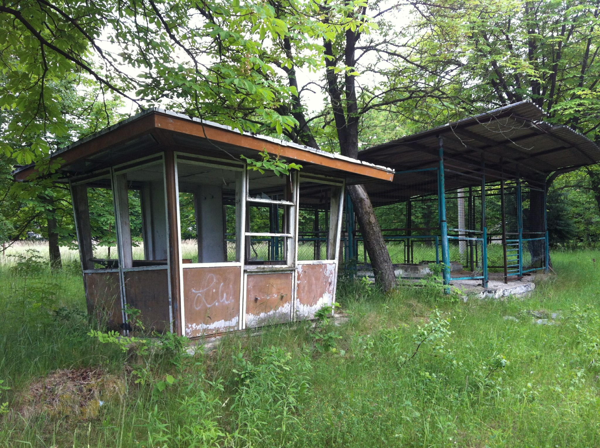 Photo: Hier die Überreste einer Tankstelle und eines Wachhäuschens auf dem Kasernengelände.