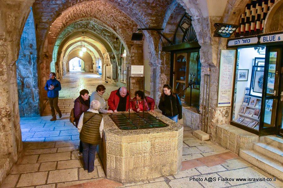 Иерусалимская улица Кардо. Экскурсия с гидом в Иерусалиме Светланой Фиалковой у древнего колодца.