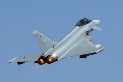 Eurofighter zieht steil nach oben.