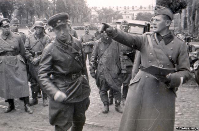 Командир 2-го батальона 76-го моторизованного полка пехоты вермахта подполковник Ганс Георг Леммель (справа) и советский офицер в ходе передачи Брестской крепости войскам РККА. 22 сентября 1939