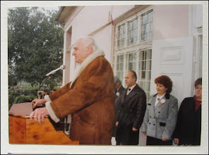 "Photo: Str. Dr. Ioan Ratiu, Nr.71 - Casa Familiei Ratiu monument istoric Ion Ratiu in vizita la casa Familiei Ratiu cu Ioan Bembea (primar in perioada 1992-1996)  sursa  ""Expoziția de fotografie Ion Rațiu. Un destin pentru România. - 2016.07.21  foto https://picasaweb.google.com/114438352800090731131/6312042905474465169?feat=flashalbum#6313089900875536306 Album expozitie  http://ana-maria-catalina.blogspot.ro/2016/07/expozitia-de-fotografie-ion-ratiu-un.html"