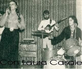 Camilo (derecha) con Laura Casale actuando