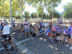 Photo: The audience in the shadow under the treen along the circuit
