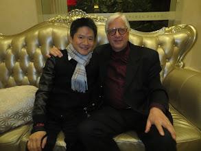 """Photo: WUHAN/ China/ Quintai-Theatre. Dr. Klaus Billand nach dem Gastspiel des China National Opera House mit Wagners """"DIE WALKÜRE"""" am 9.11.2014 mit dem Konzertmeister Du Xuan in der Hotelhalle. Foto: Billand"""