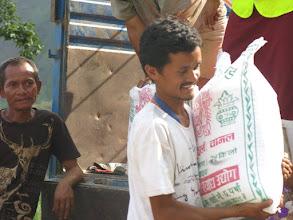 Photo: Afectados por el terremoto recogen sacos de arroz en la aldea de Khalte, distrito de Dhading.