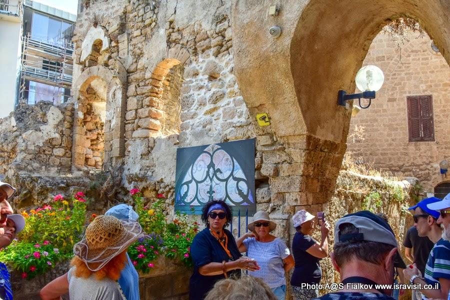 Гид в Яффо Светлана Фиалкова на экскурсии. Улица старого Яффо. Израиль.