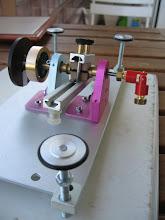 Photo: Cardan coté moteur, volant pour réguler la rotation, et le disque noir avec un trait blanc pour la lecture de la vitesse avec un takymêtre à liaison infra rouge