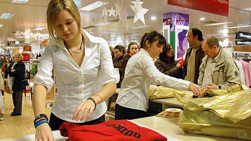 Dos dependientas doblan ropa en un establecimiento de la provincia.