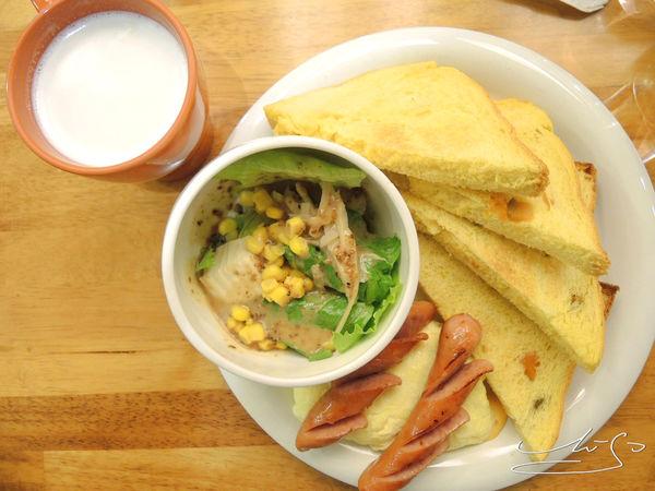 CHU HUA初花Brunch ~ 樂華夜市對面好吃早午餐 / 南瓜吐司好鬆軟~