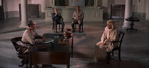 """Photo: Jack Hawkins e Peter O'Toole na frente e Claude Rains e Anthony Quayle ao fundo em uma das cenas de""""Lawrence da Arábia""""."""