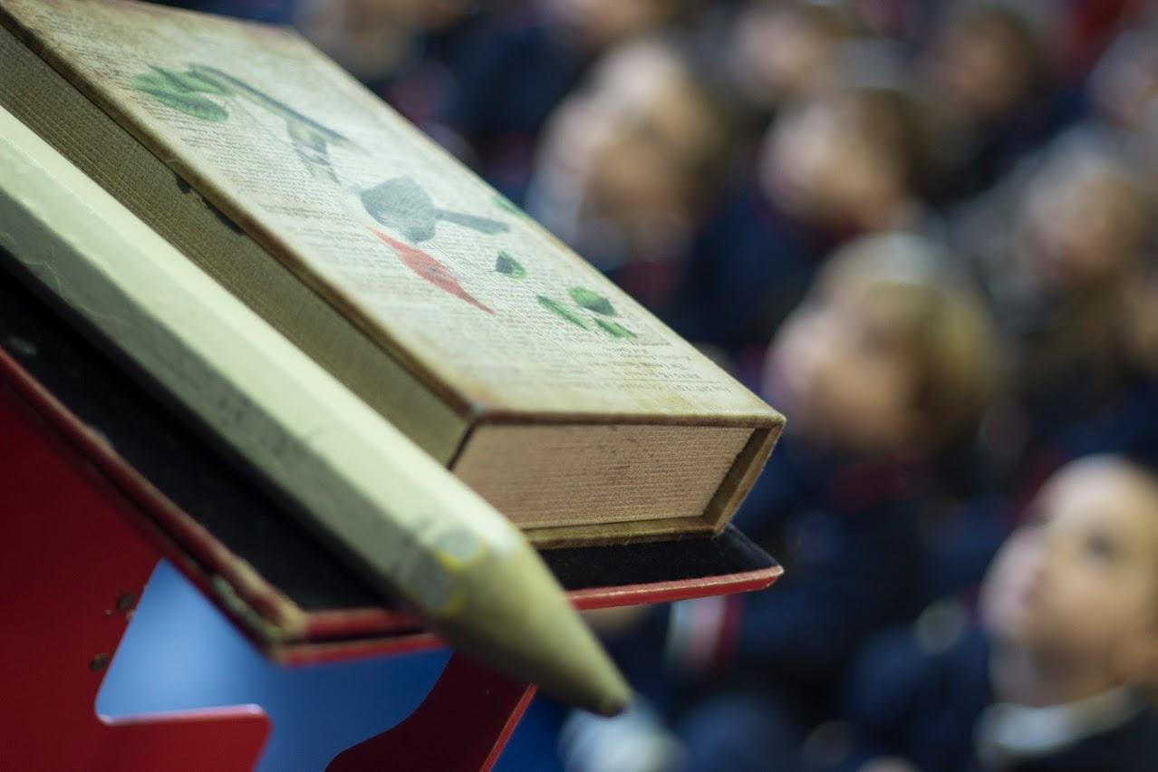 libro y lápiz gigante la magia de los cuentos educación infantil