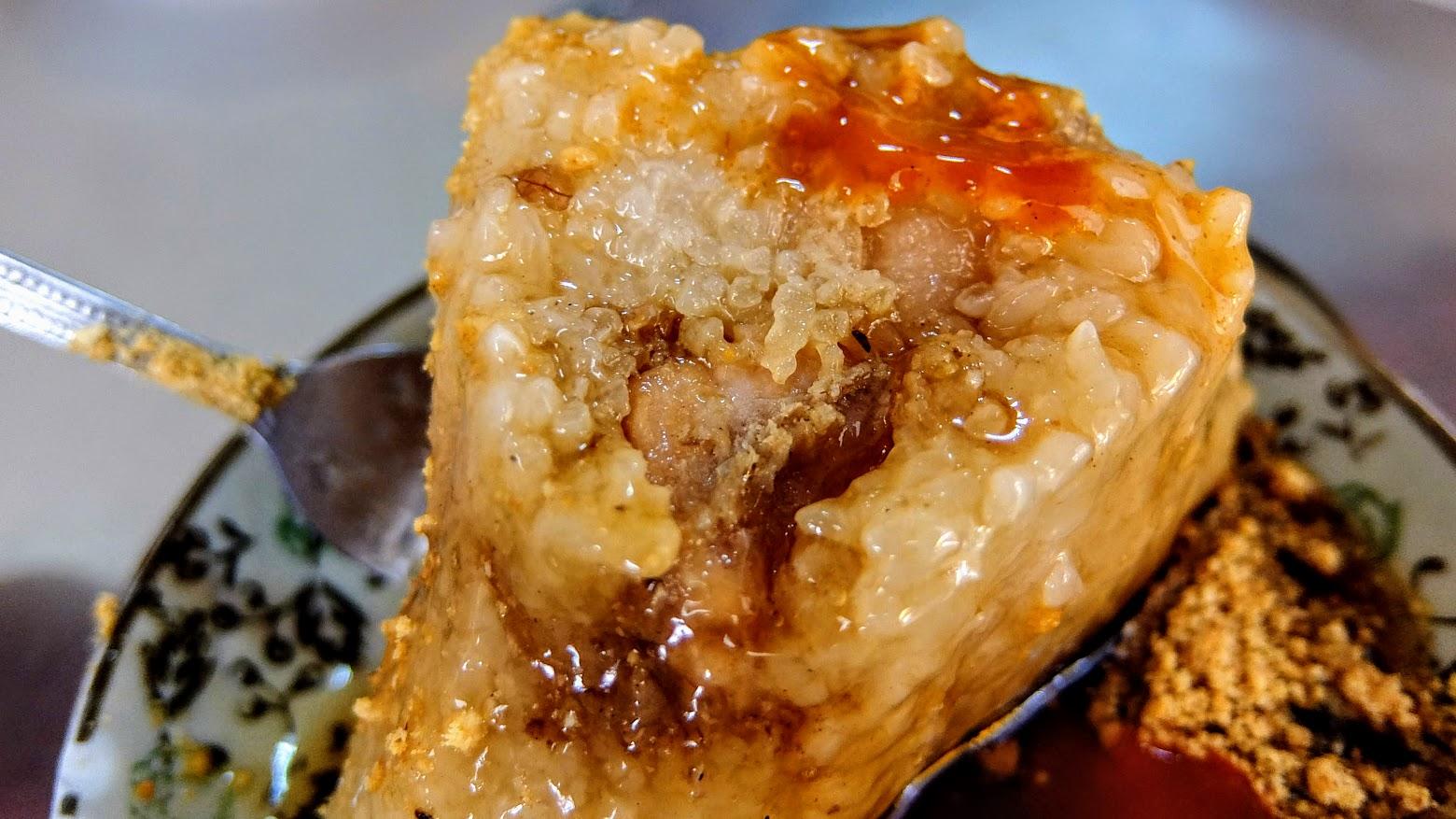 外面有花生粉,米粒部分比較鬆軟,而非扎實的口感,中間有包豬肉,大塊且沒過多調味