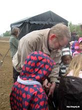 Photo: Jørgen Bak med de små hjælpere