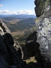Photo: Desde el mismo collado del Diente del Oso, una vista hacia el norte por la ventana que nos deja