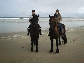 Photo: Anneke en Nita op paarden van Puur Terschelling