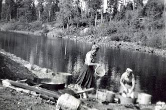 Photo: Flögfors Salholms 1940-tal. Helena och Viola Salholm tvättar i ån uppströms bron
