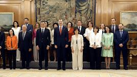 Los nuevos ministros, acompañados del Rey Felipe VI, y el presidente del gobierno Pedro Sánchez, tras prometer su cargo.
