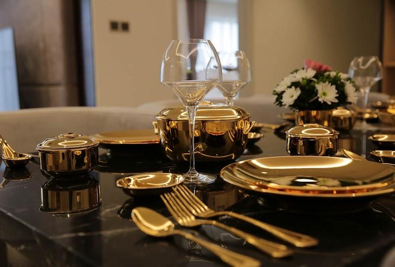 Những vật dụng nhỏ nhất như muỗng, nĩa, chén dĩa cũng được dát vàng 24K