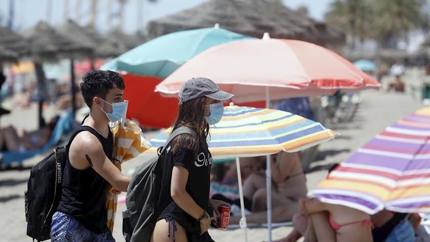 Bañistas con mascarilla en una playa de la provincia.