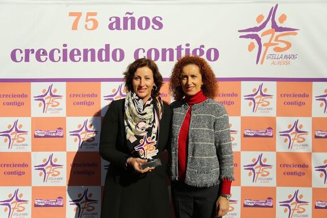 María del Mar Vázquez y Carmen Trinidad Muñoz en la entrega del reconocimiento