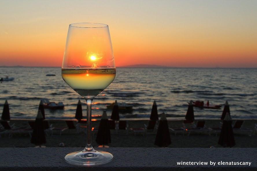 sunset, glass of white wine, white wine, vermentino, maremma, vino bianco, vino bianco maremma, vermentino maremma, moris farms, moris maremma