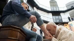 Αποτέλεσμα εικόνας για De ce să săruți un picior într-o rînduială care pretinde a fi comemorarea simbolică a spălării picioarelor apostolilor de către Hristos, dacă Hristos nu a sărutat nici un picior?