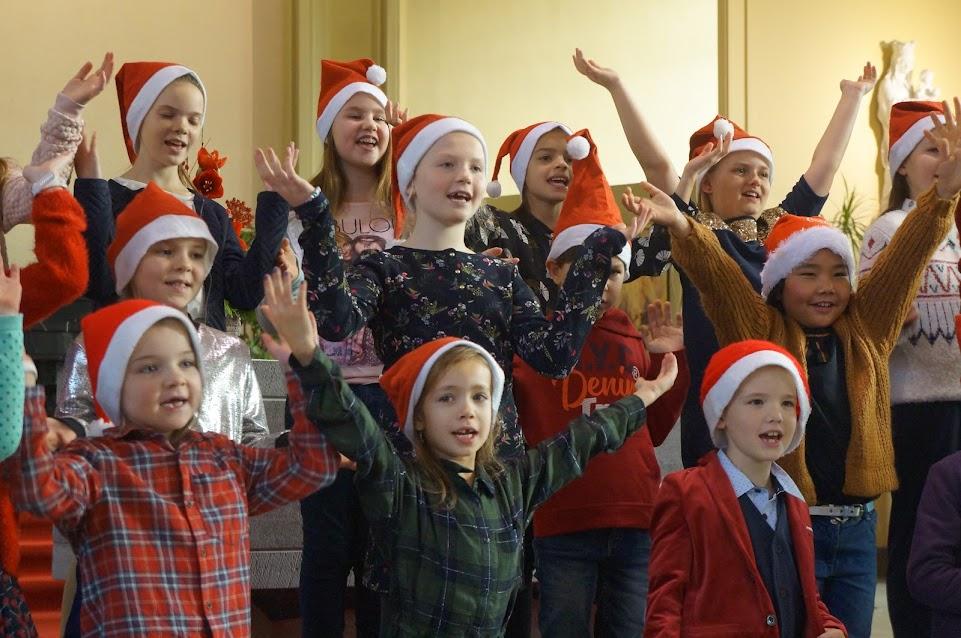 Kinderen kleuren de kerstviering