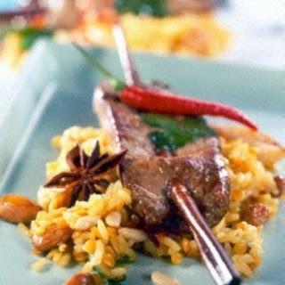 Marinierte Lammspieße auf orientalischem Reis