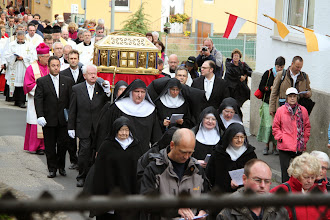 Photo: Nonnerne og relikvieskrinet