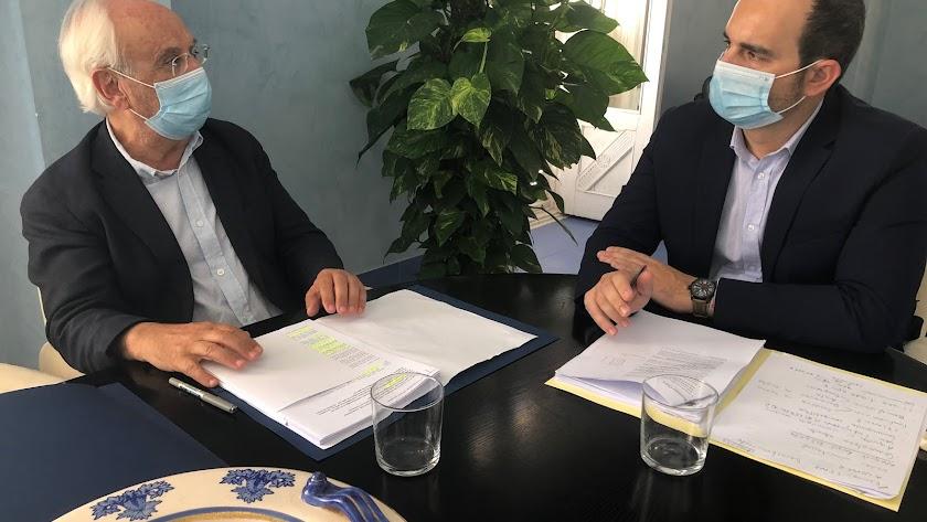 El alcalde de Carboneras, Jose Luis Amérigo, se reunió ayer en Carboneras con el subdelegado del Gobierno, Manuel de la Fuente.