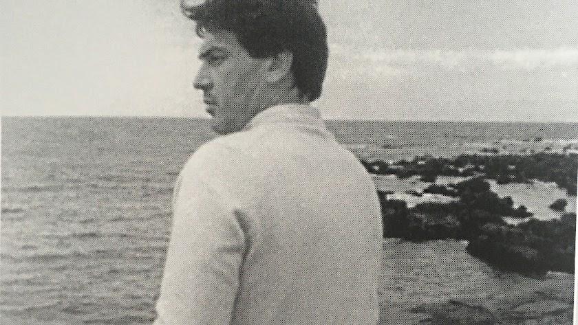 Antonio Rodríguez Lozano, frente a la playa.