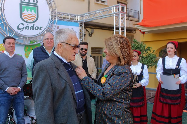José Alonso Colomera, Naranja de Oro, distinción que le impone la alcaldesa.