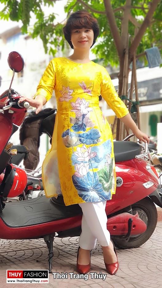 Áo dài cách tân vải gấm hoa sen màu vàng thời trang thủy hà nội