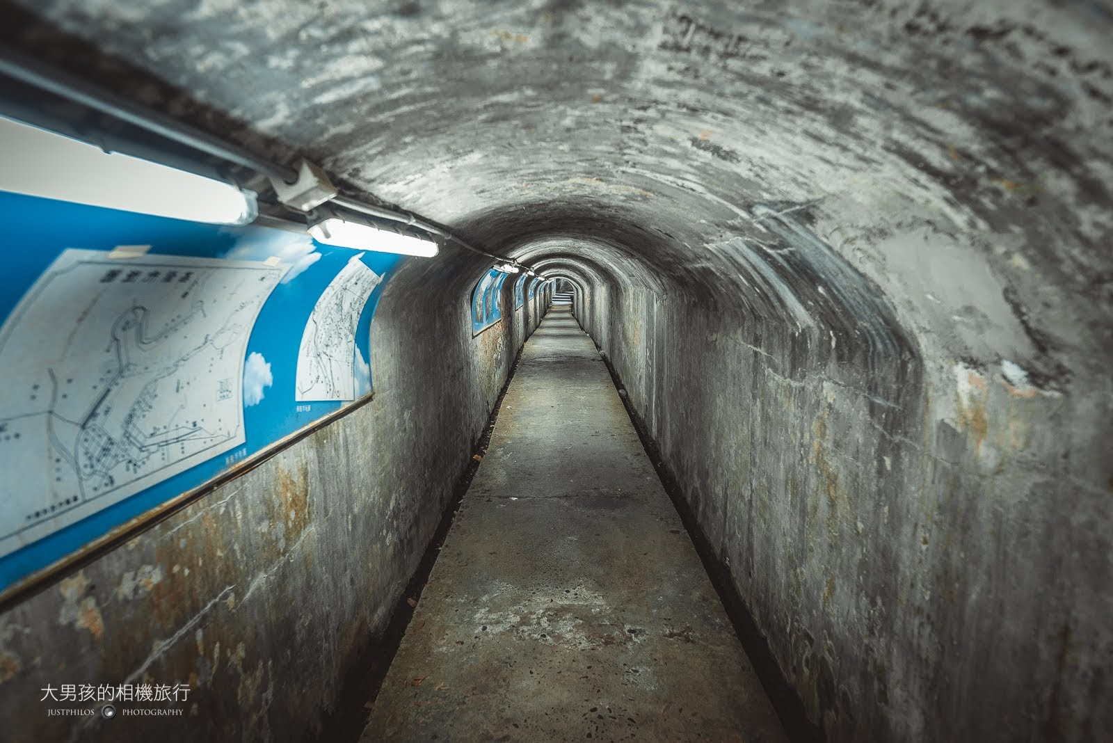 經由當地里長的整理,百年防空洞內現在非常明亮,也有一些歷史文獻可以閱覽。