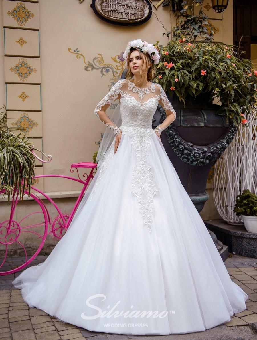 Весільна сукня з розшитою горловиною