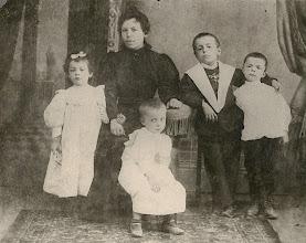 Photo: besàvia paterna, avi Pere Escapa i els seus germans   Maria Escapa i Vives (Sabadell, 16-11-1892 – 30-11-1983), Carme Vives i Domènech(Masllorenç, Baix Penedès, ? – † Sabadell, 23-1-1904), Joan Escapa i Vives (Sabadell, 14-3-1894 – 10-3-1968), Antoniu Escapa i Vives (Sabadell, 3-9-1888 – 5-7 1963) i Pere Escapa i Vives (Sabadell, 24-10-1890 –9-4-1976) A la foto hi falta el germà petit, Jaume Escapa i Vives (Sabadell, 20-8-1900 – 1902), la qual cosa i per la suposada edat del Joan ens indica que la foto és anterior, probablement del 1896