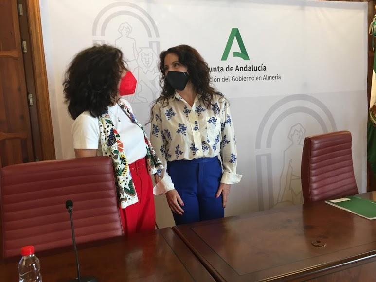 La consejera de Igualdad, Rocío Ruiz, junto a la almeriense Mª del Mar Pageo, presidenta de Cruz Roja Andalucía.