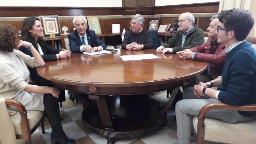 Reunión del subdelegado de Gobierno y los vecinos del Casco Histórico.