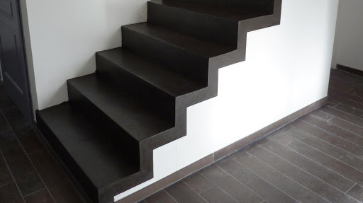 Marches d'escalier en revêtement béton ciré
