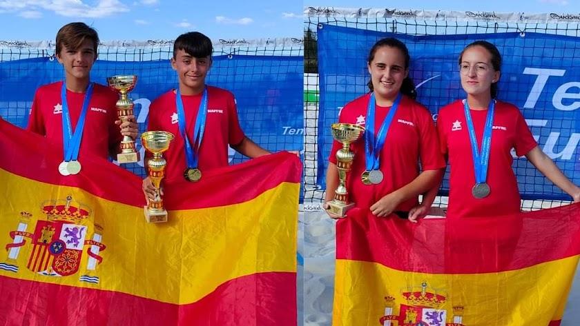Las parejas ganadores posan mostrando sus trofeos.
