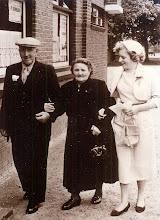 Photo: Luut Hilberts, Hinderkien Hilberts-Ratering en Luchientje Klinkhamer-Hilberts ± 1958