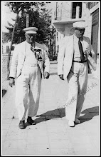 Photo: Rudnicki aptekarz Derlatko (po lewej) i lekarz Adolf Okoń. Zdjęcie wykonane pomiędzy 1946, a 1948 rokiem (skan zdjęcia z archiwum Rodziny Skoczylasów) Link do poprzedniej części galerii: https://picasaweb.google.com/Sanrideau/RudnikCd4#