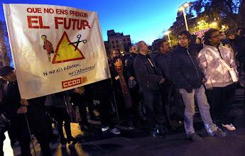 Photo: GRA334. BARCELONA, 07/02/2013.- La escasa participación en la manifestación convocada hoy en Barcelona contra los recortes en la educación ha obligado a convertir la movilización en una concentración-asamblea donde se debaten los recortes y la Ley Orgánica para la Mejora de la Calidad Educativa (Lomce). EFE/Toni Albir